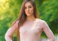 Fotoattēlā redzama skaista meitene, bet, ja paskatās uz leju, viedokļi krasi mainās