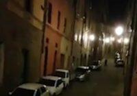 CoVID-19 Itālijā: Karantīnā esošie cilvēki izliecas pa logiem un vienojas kopējā dziesmā (+VIDEO)