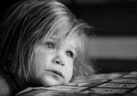 Svarīgi signāli vecākiem: 9 pazīmes, ka jūsu bērns ir depresijā un ko ar to darīt