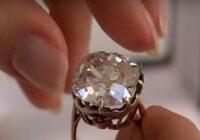 """Meitene no ielu tirgotāja nopirka gredzenu ar milzīgu stikla akmeni par pavisam zemu cenu. Juvelieris ieteica pārbaudīt """"akmentiņu"""""""