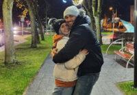 Rebekas Kohas (tagad Ibrahimas) vīrs paziņo par notikušu traģēdiju viņas ģimenē
